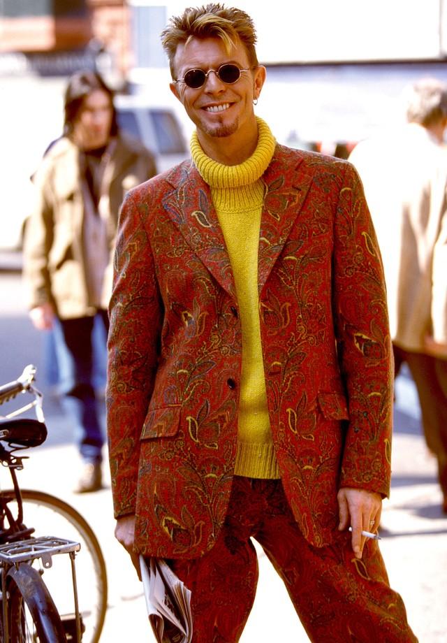Terno de estampa floral com gola rolê amarela: o look para copiar no próximo inverno. (Foto: Getty Images)