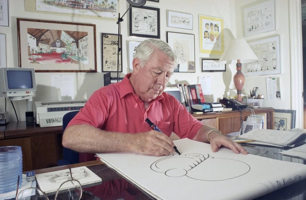 O cartunista Mort Walker desenha o 'Recruta Zero' em foto de 1993 (Foto: Ray Fairall/Associated Press)