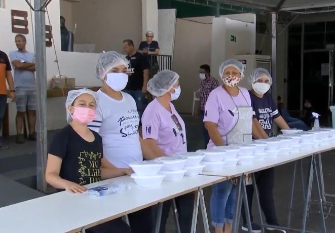 Igreja faz ação solidária e distribui marmitas para famílias com dificuldade financeira