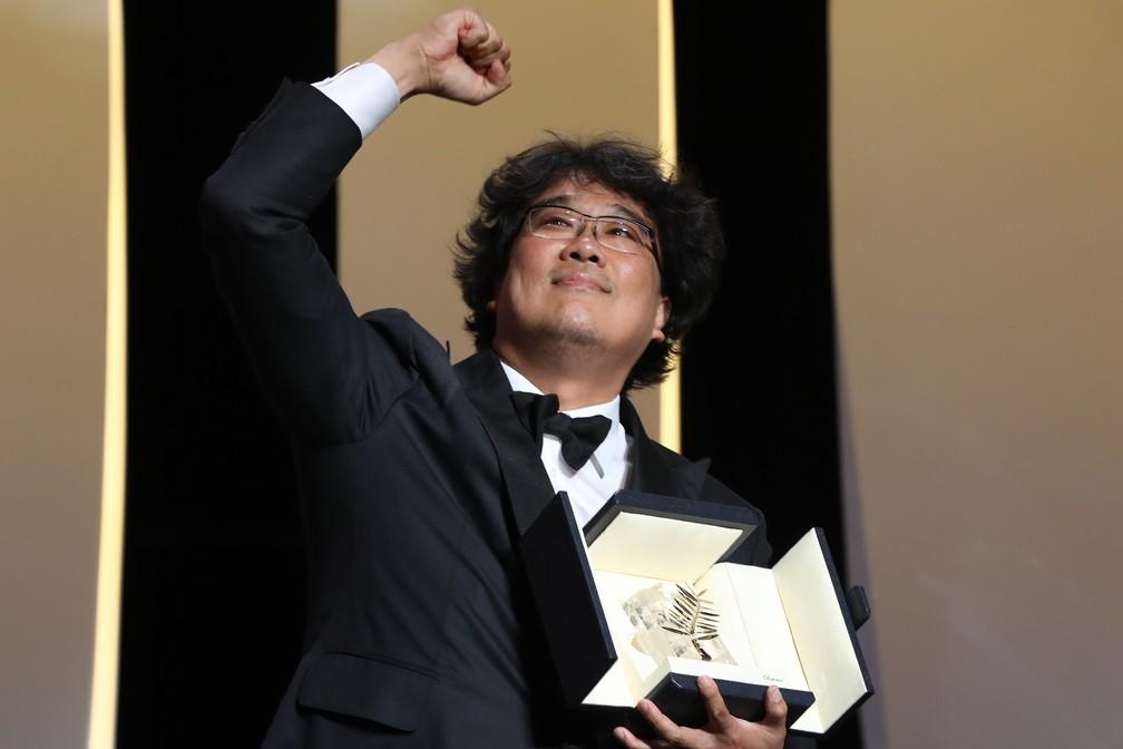 O diretor coreano Bong Joon-ho recebe a Palma de Ouro por 'Parasite' no Festival de Cannes 2019 â Foto: Valery Hache/AFP