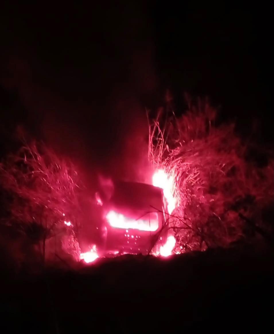 Carro cai em ribanceira, pega fogo e inicia incêndio em vegetação em Ibirité, na Grande BH