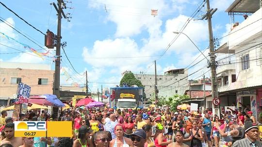 Foliões mostram fôlego e desfilam no Bloco da Ressaca, na Zona Norte do Recife