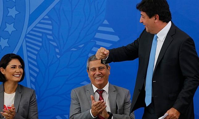 O ex-ministro Mandetta e a primeira-dama, Michelle Bolsonaro, na posse do novo ministro da Saúde, Nelson Teich