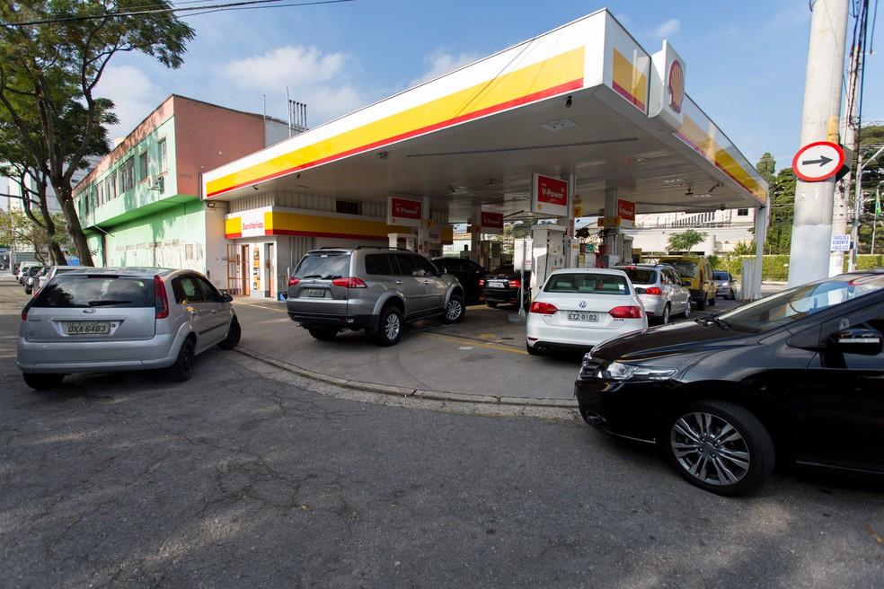 Carros fazem fila para abastecer em um posto na av. Morumbi, na zona sul de São Paulo, nesta quinta-feira (24) (Foto: Marcelo Brandt/G1)