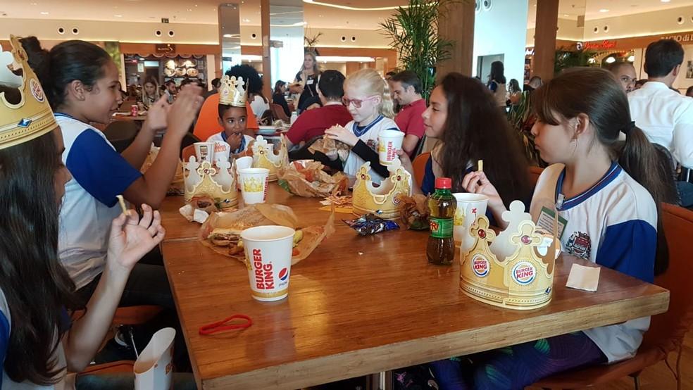 Alunos tentavam entrar mais cedo em shopping para comer em rede de fast-food — Foto: Arquivo Pessoal/Jozeli Gonçalves