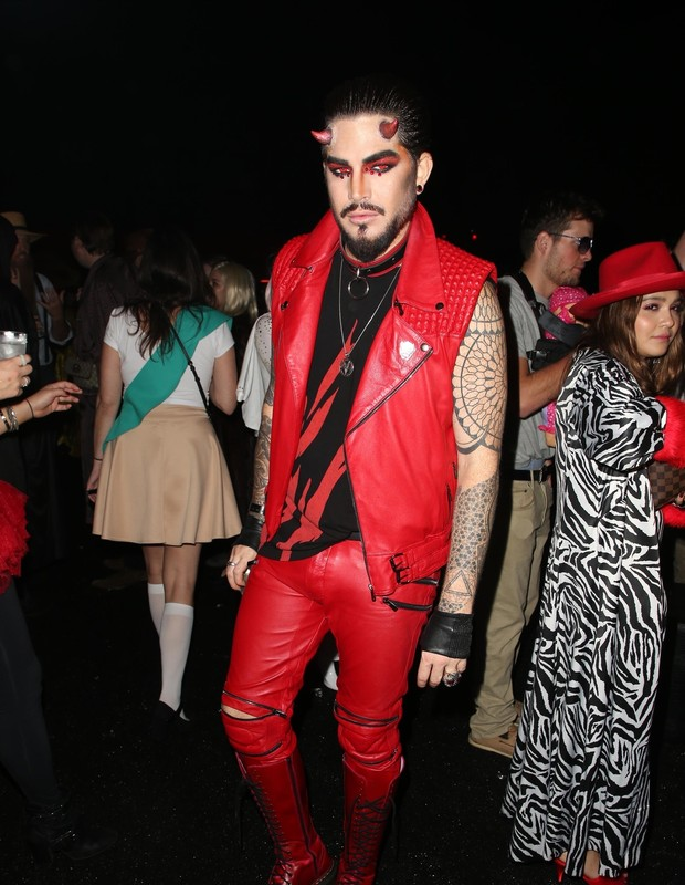 West Hollywood, CA  - Celebrity guests pose for pics at Just Jared's 7th Annual Halloween Party at Goya Studios in West Hollywood, California.Pictured: Adam LambertBACKGRID USA 28 OCTOBER 2018 BYLINE MUST READ: MediaPunch / BACKGRIDUSA: +1 (Foto: MediaPunch / BACKGRID)