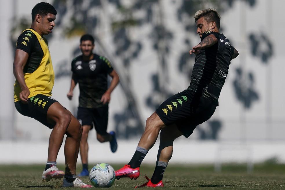 Luis Henrique e Victor Luis em treino do Botafogo — Foto: Vitor Silva/Botafogo