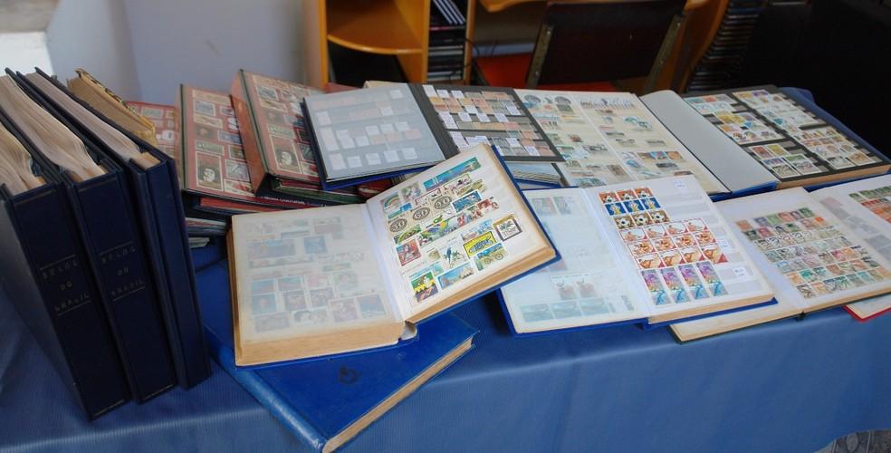 Coleção é guardada dividida em 100 catálogos (Foto: Silvio Rosa Santos Martins/Arquivo Pessoal)