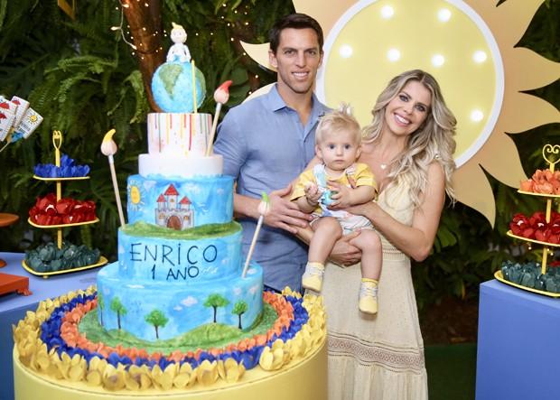 Karina Bacchi e Amaury Nunes com Enrico (Foto: Manuela Scarpa e Marcos Ribas/Brazil News)