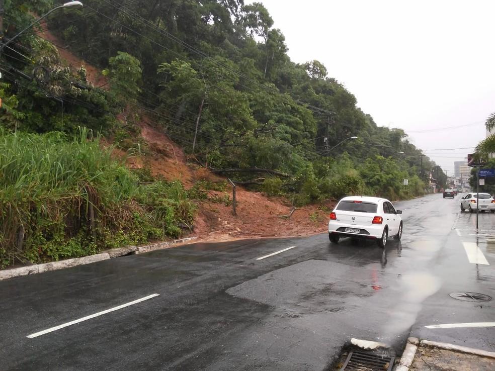 Deslizamento de encosta no bairro do Cabo Branco, em João Pessoa — Foto: Antônio Vieira/TV Cabo Branco