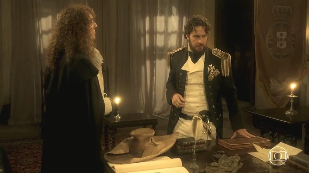 Thomas (Gabriel Braga Nunes) divide a sua preocupação com Sebastião (Roberto Cordovani), em 'Novo Mundo' — Foto: TV Globo