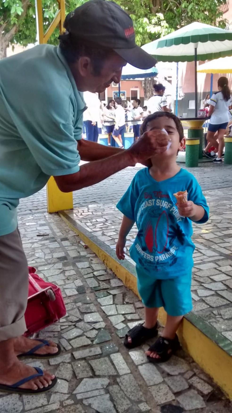 Seu Luiz, o sorveteiro, é lembrado com muito carinho por alunos e ex-alunos do colégio. — Foto: Arquivo pessoal