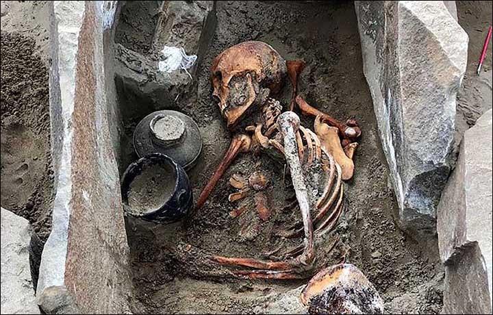 Múmia foi encontrada com utensílios e riquezas no sul da Sibéria (Foto: Instituto de História e Cultura Material de São Petesburgo)