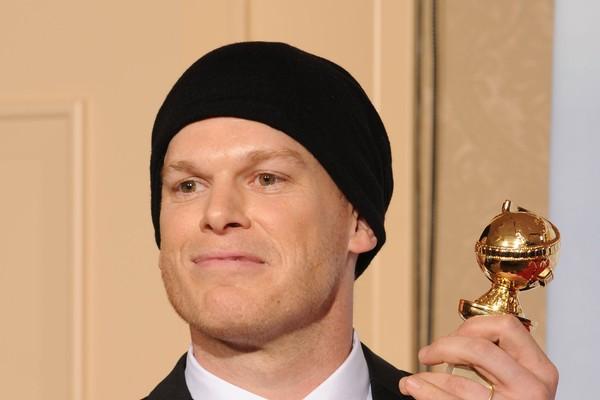 O ator Michael C. Hall com o Globo de Ouro vencido por ele por seu trabalho na série Dexter (Foto: Getty Images)