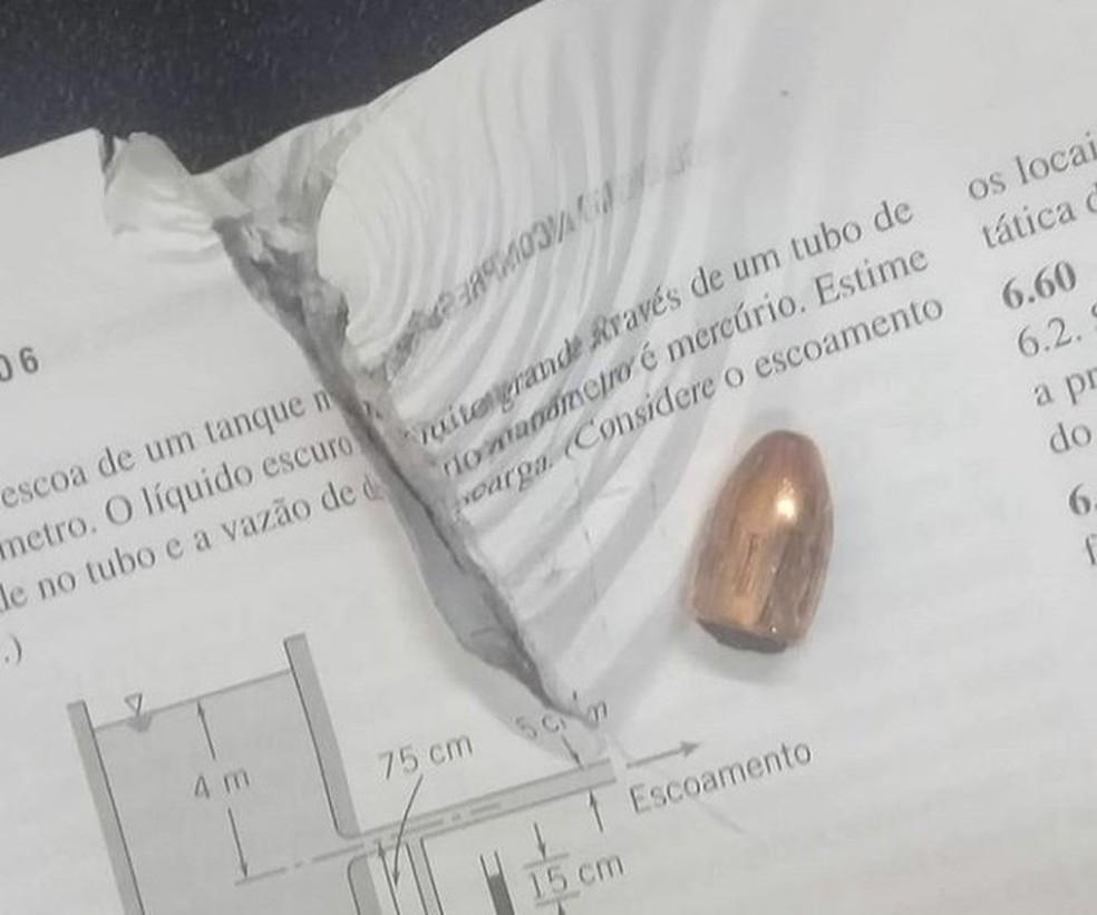 Bala parou em livro acadêmico de aluno que estava em local de chacina em Fortaleza (Foto: Arquivo pessoal)
