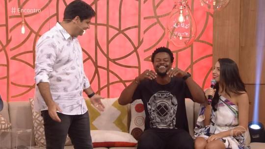 David Junior cai na risada depois de passar por hipnose