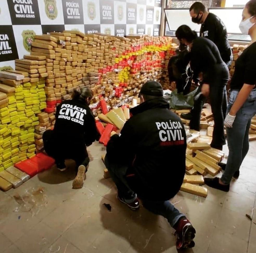 Polícia contabilizam as mais de 3,5 toneladas de drogas apreendidas em Juiz de Fora — Foto: Polícia Civil/Divulgação