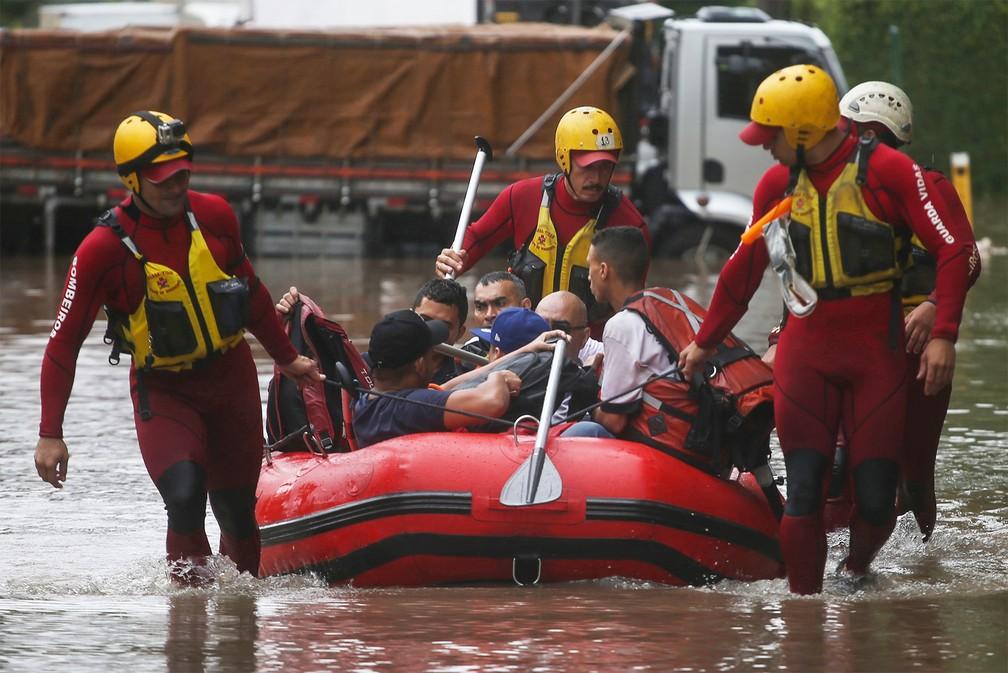 Bombeiros usam bote para resgatar pessoas de uma rua alagada na Vila Leopoldina, Zona Oeste de São Paulo, após forte chuva na capital paulista nesta segunda-feira — Foto: Rahel Patrasso/Reuters