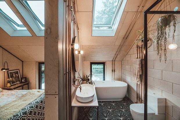 Décor do dia: concreto, madeira e piso de ladrilho no banheiro (Foto: Tom Kahler)