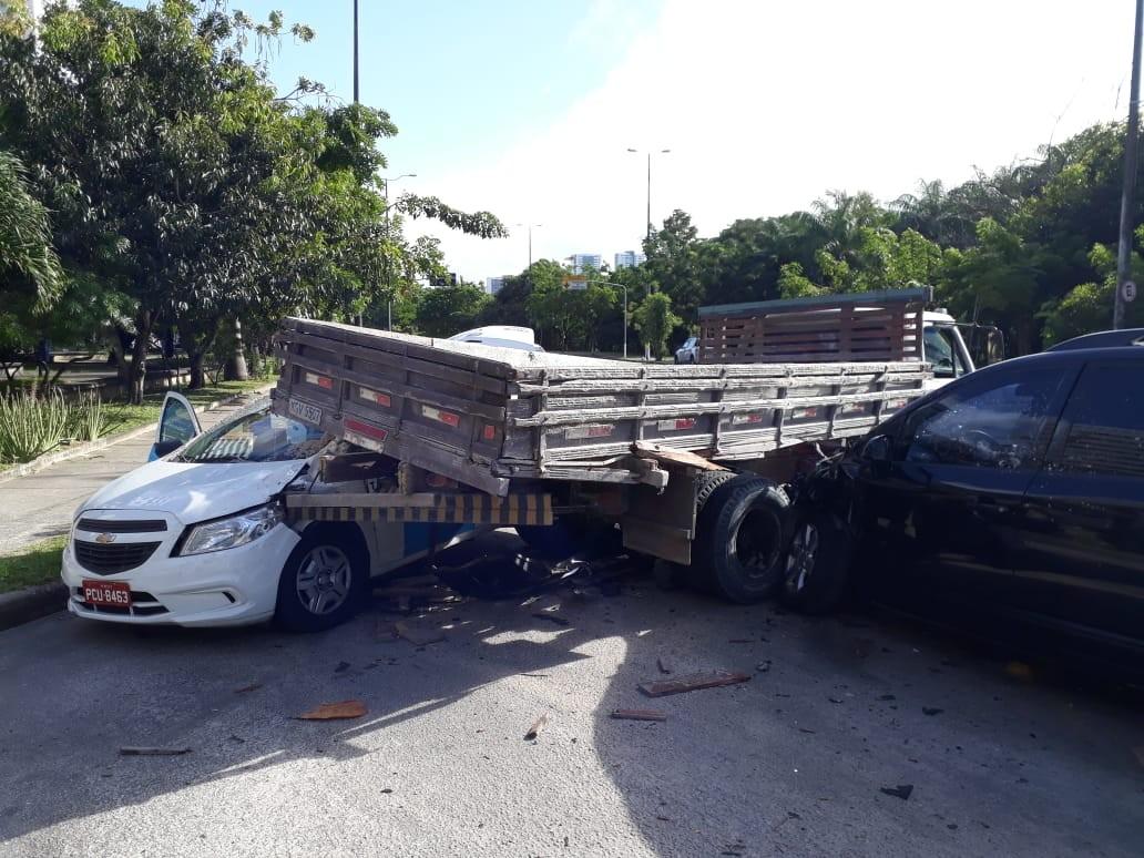Caminhão e carro se envolvem em acidente e atingem táxi, no Recife