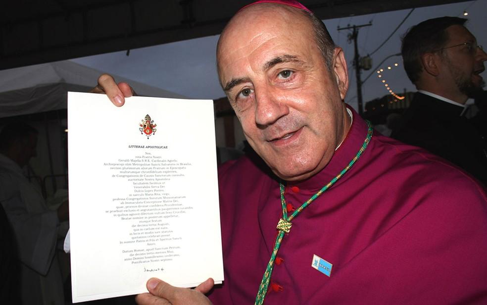 Dom Murilo Kriger exibe carta oficial do Vaticano, assinada pelo Papa, beatificando Irmã Dulce (Foto: Edgar de Souza/G1)