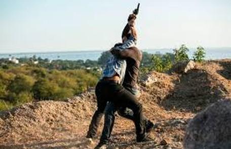 Na quinta-feira (10), Jonatas (Felipe Simas) consegue desarmar Jacaré e o bandido vai preso TV Globo