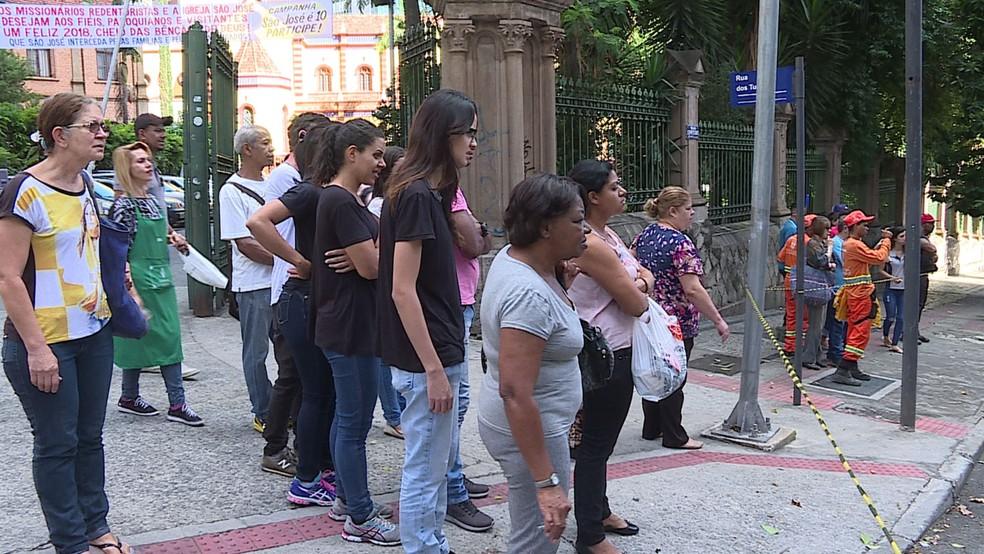 Curiosos observam corpo de apedrejado no Centro de Belo Horizonte (Foto: Reprodução/ TV Globo)