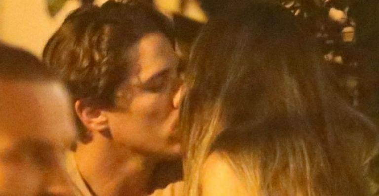 Romulo Neto e morena aos beijos (Foto: Agnews)