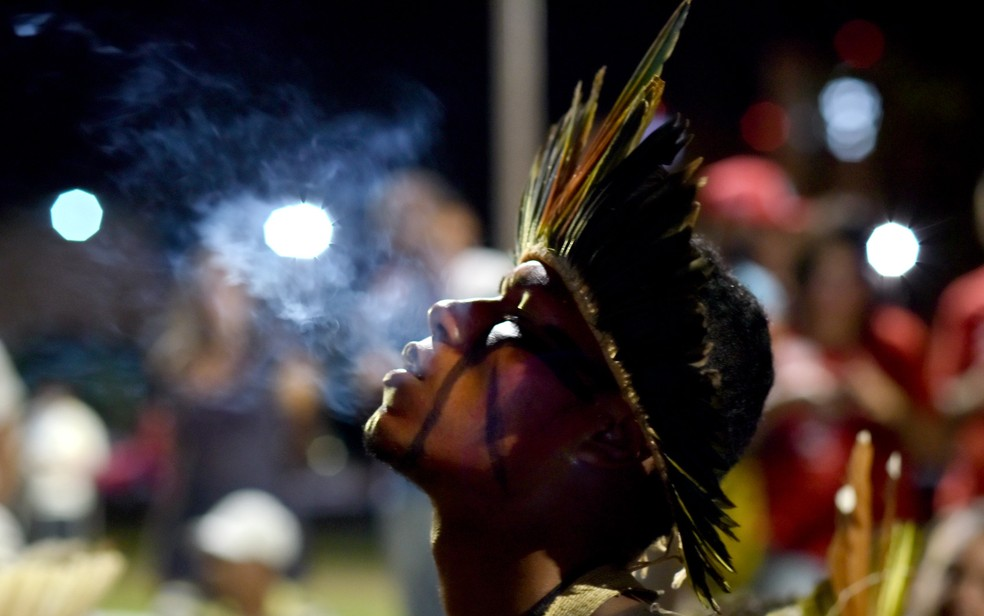Cerca de 30 indígenas da etnia xakriabá compareceram à manifestação de apoio ao governo Dilma Rousseff (Foto: Alexandre Bastos/G1)