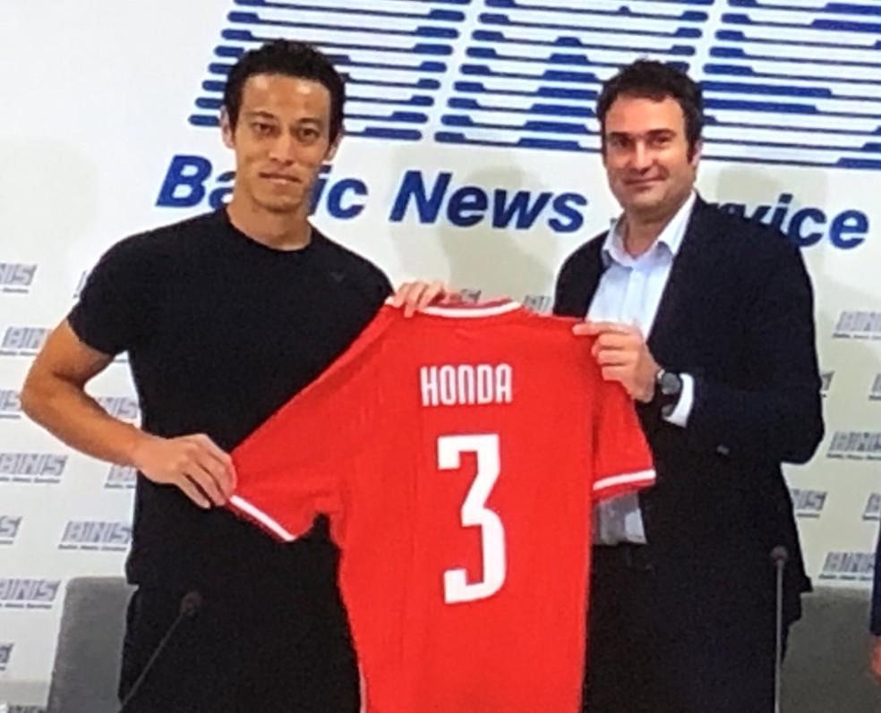 Honda ex-Botafogo escolheu a camisa 3 do Suduva, da Lituânia — Foto: DIVULGAÇÃO