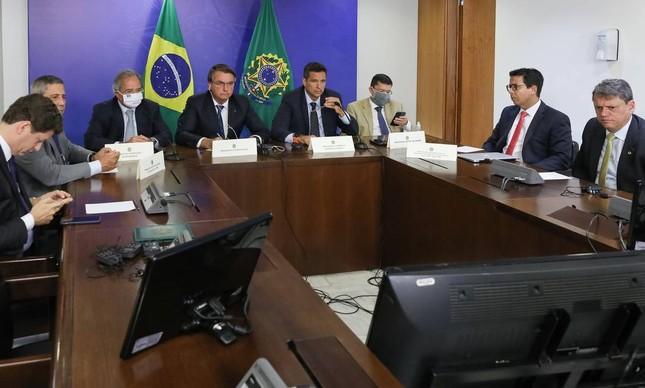 Bolsonaro, ao lado de Paulo Guedes e Roberto Campos Neto, em reunião com executivos da Pfizer