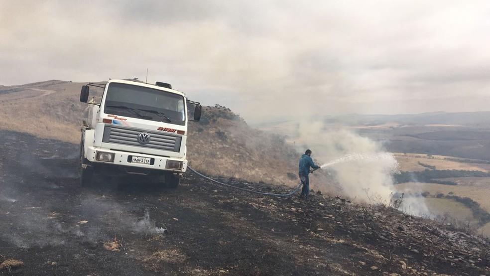Caminhão-pipa foi até o local para ajudar no combate às chamas. (Foto: Brigada Lobo Guará)