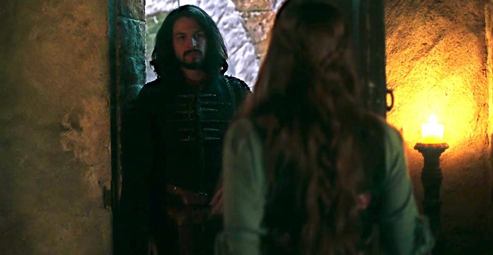 Afonso procura Amália para saber da investigação sobre Catarina (Foto: TV Globo)