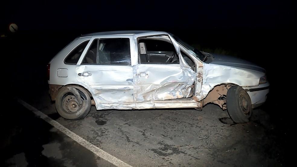Gol prata foi o primeiro a ser atingido pelo carro do suspeito; pai e filha tiveram ferimentos leves — Foto: Reprodução/TV Integração
