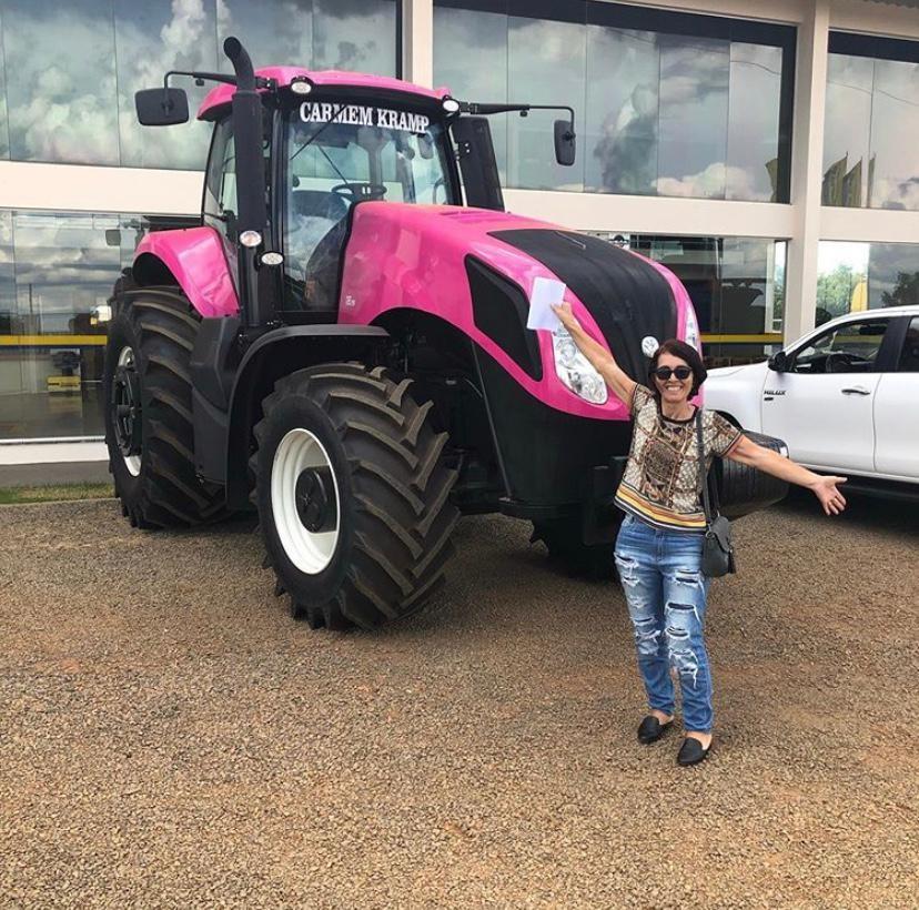 armem Krampe, de 59 anos, ganhou de presente de aniversário um trator rosa (Foto: Divulgação)