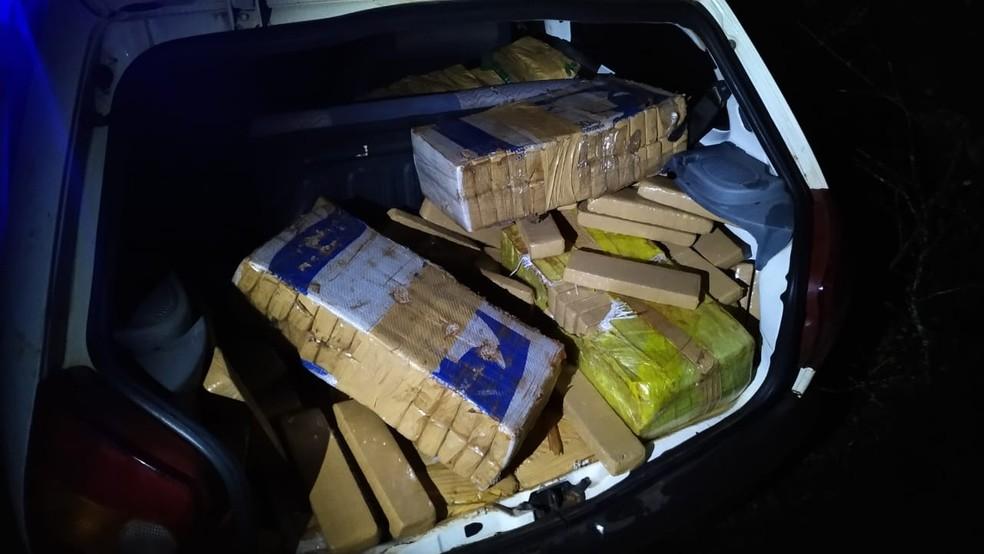 Droga é encontrada dentro de carro em Irineópolis no final da noite de quarta-feira (26) — Foto: Polícia Militar/Divulgação