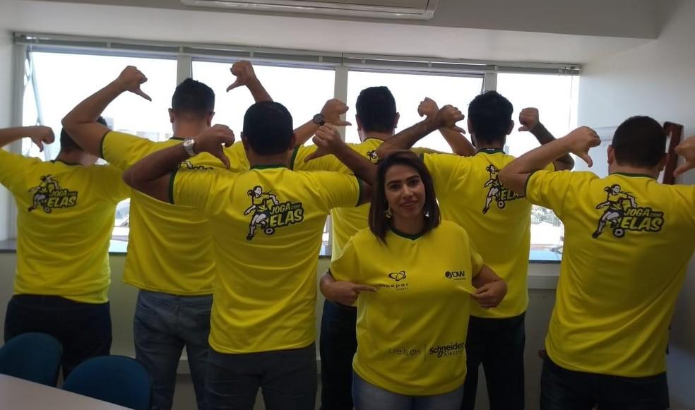 Empresa de materiais elétricos e EPIs produziu camisetas de incentivo e vai pausar atividades nos jogos da Seleção Brasileira de Futebol Feminino  — Foto: DW/Divulgação