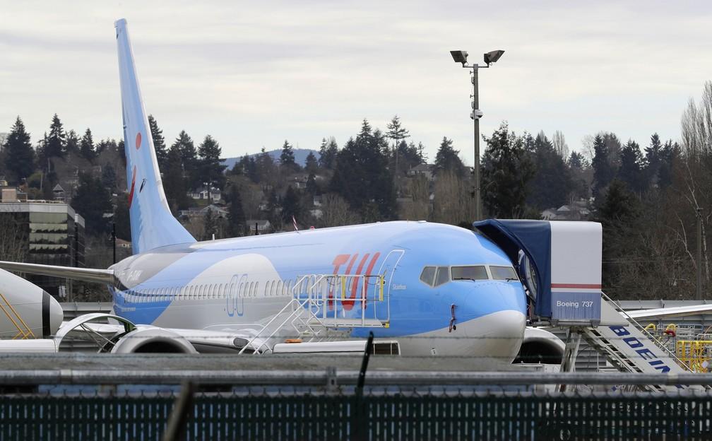 Foto de 11 de março de 2019 mostra um Boeing 737 MAX 8 construído para TUI Group estacionado na fábrica da Boeing em Renton, no estado de Washington — Foto: Ted S. Warren/AP