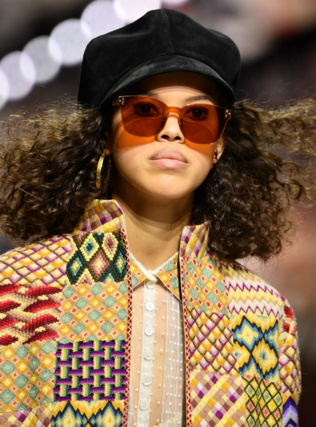 Óculos coloridos na vibe 70's da Dior  (Foto: Reprodução)