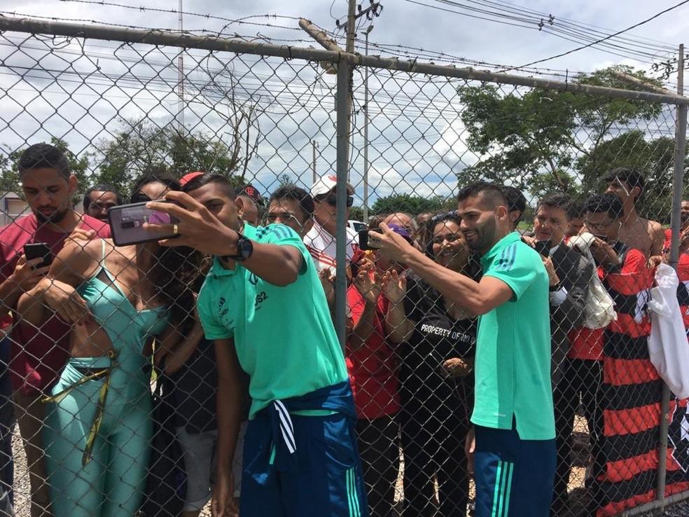 Pedro Rocha e Thiago Maia, do Flamengo, tiram fotos com a torcida em Brasília — Foto: Divulgação / Flamengo