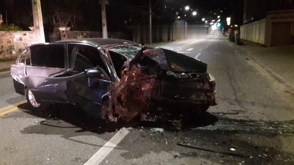 Quatro pessoas ficam feridas após carro bater em poste na Av. Alberto Torres, em Teresópolis, no RJ