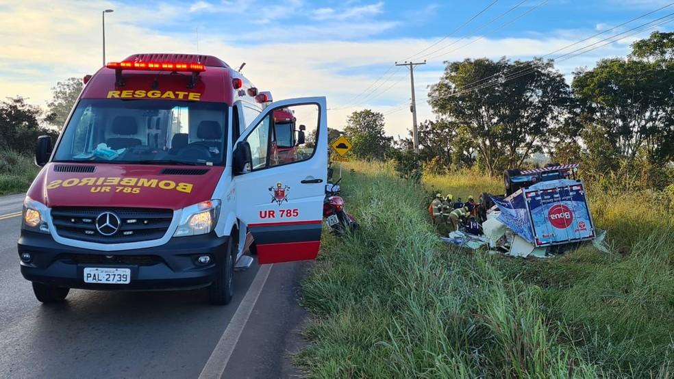 Passageiro morre após caminhão capotar na DF-290, no Gama — Foto: CBMDF/Divulgação