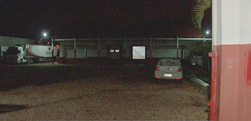 Ladrões entraram em frigorífico pelos fundos e levaram caminhão com carne nobres — Foto: TV Centro América/Reprodução