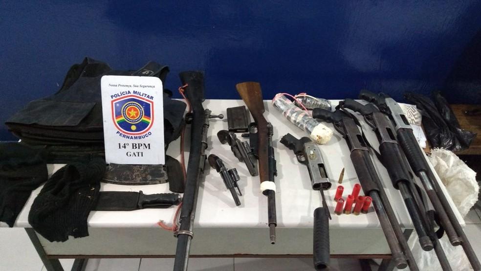 Espingardas, revólveres e fuzis foram apreendidos pela polícia (Foto: Divulgação/Polícia Militar)