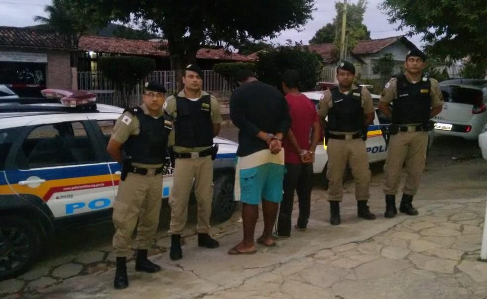 Sobrinho da vítima e comparsa foram presos em Medina (Foto: Polícia Militar/Divulgação)