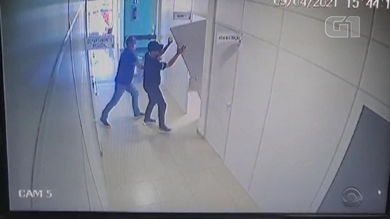 Veja momento em que porta do gabinete do prefeito de Itapuca é arrombada