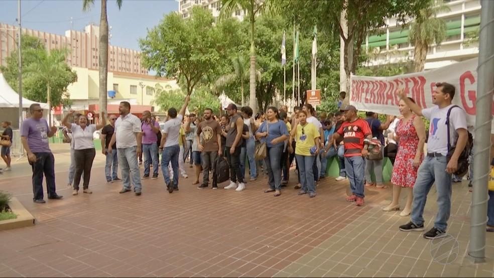 Funcionários da Santa Casa fazem protesto em frente à Prefeitura de Cuiabá — Foto: Reprodução/TVCA