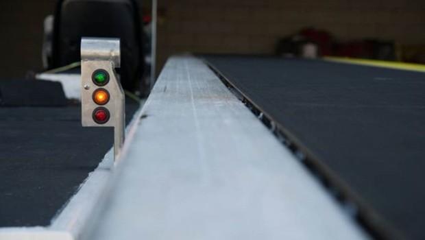O sensor da esteira da Delta acende uma luz vermelha se detectar que a mala está indo para o lugar errado (Foto: ALEC THOMAS)