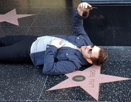 Chris Pratt surpreende fãs e deita no chão para tirar selfie com sua estrela na Calçada da Fama de Hollywood
