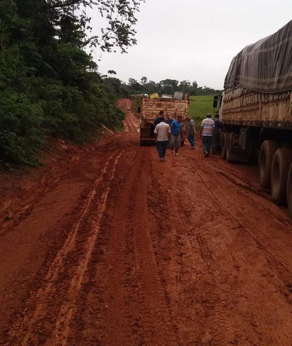 Motoristas ficam presos em atoleiros na BR-174 e reclamam da situação — Foto: Arquivo pessoal